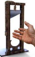 main tendue sous la guillotine